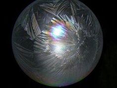 凍ったシャボン玉 不思議な模様。(frozen soap bubble)