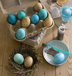 How to make speckled eggs for easter / spring decorating, using tea stain for brown eggs & blue food coloring for the blue eggs. Hoppy Easter, Easter Eggs, Easter Food, Easter Bunny, Holiday Fun, Holiday Crafts, Speckled Eggs, Blue Eggs, Brown Eggs