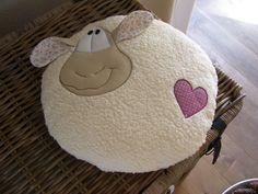 ° kuschliges Kissen aus Öko Teddyplüsch von HILCO. ° gefüllt mit Watte (100% Polyester) ° rund, Durchmesser ca.40cm, Höhe ca.12cm ° waschbar bei 30°, nicht in den Trockner