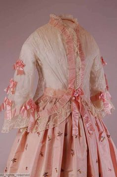 1850s jacket in very good needlerun figured tulle, trimmed with bobbin lace and silk satin ribbon run through pockets in the tulle and applied as bows. ModeMuseum Provincie Antwerpen.
