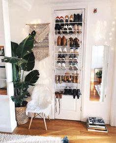 Como organizar sapatos: 50 ideias simples que funcionam (tutoriais) First Apartment, Apartment Living, Apartment Ideas, Cozy Apartment Decor, Brooklyn Apartment, Dream Apartment, Bedroom Apartment, Room Interior, Interior Design Living Room