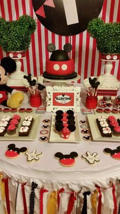 If you want to plan a magical Mickey Mouse birthday party, you've come to the right place! Here are 29 ideas to get you started. There are ideas for party supplies, cakes, Mickey Mouse Desserts, Fiesta Mickey Mouse, Mickey Mouse Photos, Mickey Mouse Baby Shower, Mickey Mouse Clubhouse Birthday Party, Mickey Mouse 1st Birthday, Mickey Cakes, Mickey Party, Festa Mickey Baby