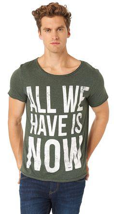 """T-Shirt mit Statement-Print für Männer (unifarben mit Print, kurzärmlig mit Rundhals-Ausschnitt) aus Jersey gefertigt, offene Enden an den Säumen für einen leichten Used-Look, """"all we have is now""""-Schriftzug-Print. Material: 85 % Baumwolle 15 % Polyester..."""