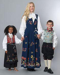 Rogalndsbunad med mønster fra Løland, Frafjord eller Jelsa. Folk Costume, Costumes, Jelsa, Travel Abroad, Traditional Dresses, Diy Clothes, Vintage Photos, Norway, Bridal Dresses