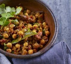 Curried chickpeas - This is a delicious recipe. I replace the raw tomatoes with tinned tomatoes to make a more saucy curry! It is yummy and really low calorie Vegetarian Curry, Chickpea Curry, Vegetarian Recipes, Healthy Recipes, Curry Recipes, Vegan Meals, Pork Recipes, Delicious Recipes, Easy Recipes