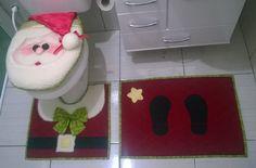 Esse conjunto de Natal é composto por 1 jogo composto por 3 peças para banheiro, tapetes com tela anti derrapante. <br>1 tapete 70cm x 50cm com pegadas do Papai Noel(tecido) <br>1 tapete 50cm x 50cm p/ base do assento sanitário, casaca do Noel(tecido, carapinha) <br>1 capa de assento sanitário decorada com o rosto do Noel, com aba interna também decorada(tecido, feltro, carapinha) <br>4 Capas de cadeira estilo gorro Noel(feltro e carapinha) <br>INFORME as medidas para sua…