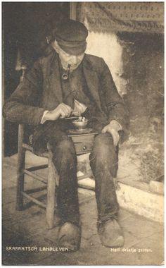 Het malen van de koffie in de koffiemolen door de boer - 1905-1915 #Brabant