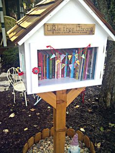 Hi Mamma Designs: The Littlest Outdoor Library - In the library with recommended reads inside? I'd want to take a peek! Outdoor Learning Spaces, Outdoor Education, Little Free Libraries, Little Library, Free Library, Natural Playground, Outdoor Playground, Playground Ideas, Outdoor School