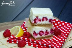 strawberry cheesecake cupcakes Lemon cheesecake cheese ball Lemon Cheesecake Bars with Raspberries - www. Lemon Raspberry Cheesecake, Raspberry Recipes, Funnel Cakes, Dessert Crepes, Dessert Bars, Just Desserts, Delicious Desserts, Yummy Food, Biscotti
