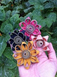 That Girl Farms: zipper flower tutorial Add a Hair clip or head band, soooo cute! Zipper Flowers, Faux Flowers, Diy Flowers, Fabric Flowers, Fabric Crafts, Sewing Crafts, Zipper Tutorial, Tutorial Sewing, Hair Bow Tutorial