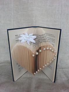 Livre plié. Livre objet. Cœur pliage origami, fleur papier technique quilling et perles nacrées