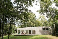 """Les architectes basés à Nantes de MIMA Atelier ont conçu cette maison dans le paysage de vallée de la Vilaine pour permettre aux propriétaires de se reposer de la vie citadine. Face à la qualité d'un tel environnement, ils ont opté pour la simplicité.  Ce que disent les architectes: """"De l'extérieur, c'est un rapport au paysage franc et discret, une masse de bois se confondant avec les tonalités alentours. De l'intérieur, c'est une préciosité d'assemblages, de plans, de cadrages et de..."""