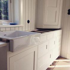 Trevlig porslinsho från #IKEA men det är definitivt inget IKEA-kök som monteras! ;-) #platsbyggt #kök #porslinsho #sven_snickare