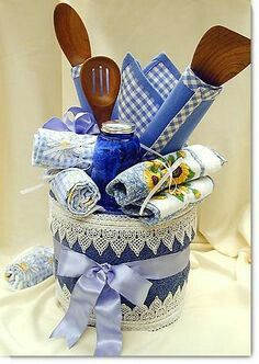 Gift set with baking supplies - Bridal Shower gift T Craft, Craft Free, Craft Gifts, Diy Gifts, Kitchen Gift Baskets, Towel Cakes, Gift Cake, Bridal Shower Gifts, Diy Arts And Crafts