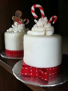 Mini Christmas cakes Mini Christmas Cakes, Christmas Cake Decorations, Christmas Minis, Christmas Goodies, Christmas Desserts, Christmas Baking, Christmas Treats, Xmas Cakes, Mini Cakes