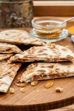 Quesadilla met geitenkaas, walnoot en spekjes - Met deze Mexicaanse 'tosti' zet je tijdens de lunch of borrel snel een lekker en verrassend hapje op tafel.