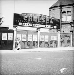 Chelsea, Stamford bridge, futebol e corridas de cães nos anos London's Football Grounds Through The Years Chelsea Football Club, Chelsea Fans, Soccer Skills, Soccer Tips, Vintage London, Old London, West London, Messi, London Football