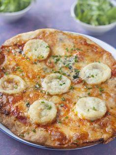 roquefort, poivre, fromage de chèvre, mozzarella, sel, gruyère râpé, pâte à pizza, coulis de tomate