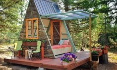 Anyone dreaming of building their own affordable tiny cabin should check out this solar-powered cozy retreat.