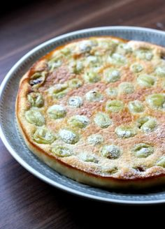 Gooseberry Clafoutis is a great gooseberry recipe idea: the sharpness of the gooseberries combined with the sweetness of the batter makes for a summer treat! Amish Recipes, Dutch Recipes, Sweet Recipes, Baking Recipes, Fruit Recipes, Dessert Recipes, Gooseberry Recipes Desserts, Gooseberry Ideas, Gooseberry Tart