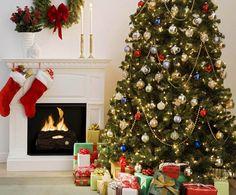 Ano novo & #39; interior de s, árvore de Natal, presentes, decorações, lareira, velas, vasos Vetor