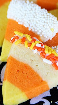 Candy Corn Sugar Cookies With a bit of food coloring and clever layering, regular (and delish!) sugar cookies are made fabulously festive for fall! Halloween Baking, Halloween Desserts, Thanksgiving Desserts, Halloween Treats, Halloween Cookies, Halloween Foods, Halloween 2019, Halloween Party, Fall Dessert Recipes