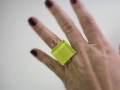 Anel de Vidro  amarelo fashion   base metal n 20 - Ajustável   2,5 x 2,5 cm R$22,00