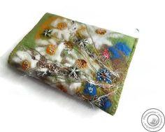 Buchhülle gefilzt Art-Textil von Filzaccessoires und andere Geschenkideen auf DaWanda.com