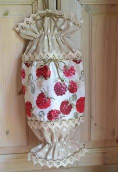Original candy shaped holder for plastic bags realized combining two cheerfuls fantasies with a pure cotton fabric Grocery Bag Dispenser, Grocery Bag Holder, Sewing Hacks, Sewing Projects, Crochet Projects, Plastic Bag Holders, Plastic Bags, Sewing Patterns, Crochet Patterns