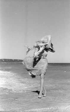 Marlene Dietrich on the beach at Cannes, photo by Willy Rizzo, Marlene Dietrich, Sous Le Vent, Windy Skirts, Beauté Blonde, Blowin' In The Wind, Portraits, Windy Day, Rita Hayworth, Jolie Photo