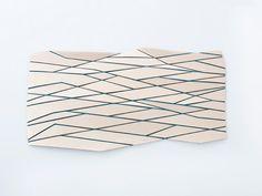 Wooden Mesh, 2012, projet de recherche, feutre et bois. Photos : Laura Chiarotto Créer un tissu souple avec du bois, voilà le point de départ des recherches du designer industriel Diego Vencato. Dé…