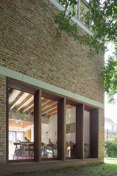 Voor de jonge architecten Gijs De Cock, Freek Dendooven en Peter Van Gelder bestond de uitdaging er in om het programma van een woning met een atelierruimte te verenigen op een...