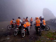 Alamäkipyöräilyä maailman vaarallisimmalla tiellä!