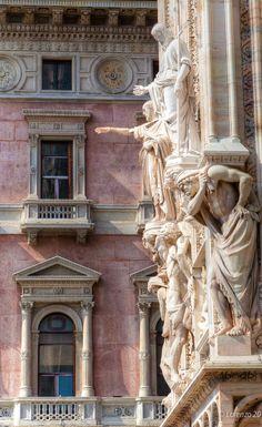 La cathédrale de la Nativité-de-la-Sainte-Vierge de Milan est située sur la piazza del Duomo, à Milan, en Italie. C'est la troisième plus grande église du monde après la basilique Saint-Pierre et la cathédrale Notre-Dame du Siège de Séville. Wikipédia