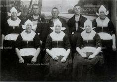 Neeltje Pooyer (1852-1931) met haar kinderen. #NoordHolland #Volendam