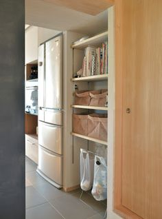 キッチン パントリー - Google 検索 Kitchen Organization, Kitchen Storage, Muji Style, Natural Interior, Purple Home, Creative Storage, Asian Decor, House Rooms, Room Interior