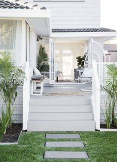 Hamptons Style House Plans Elegant total Transformation Hamptons Style Haven - Home Decor Design Ideas Die Hamptons, Hamptons Style Homes, Hamptons Beach Houses, Style At Home, Interior Exterior, Exterior Design, Exterior Stairs, Exterior Remodel, Exterior Paint