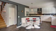 küche weiß mit wandfarbe grau und weißer sitzecke küche