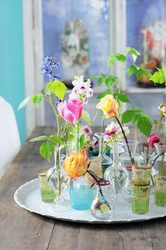 Diverse glaasjes, kleurrijke bloemen en de zomer is in huis! #vase #flowers