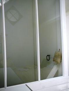 La chambre violine avec sa cloison vitrée et sa clenche. Ambiance atelier...