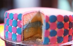 Bolo com recheio colorido. (Foto: Divulgação)