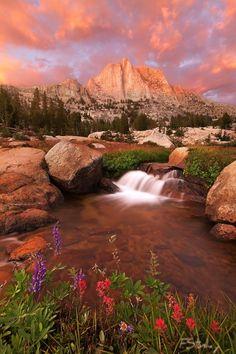 Montaña y cascada
