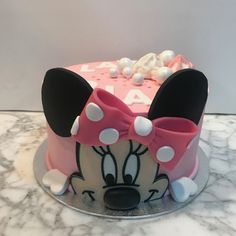 Tarta buttercream Minnie Mouse. Minnie Mouse, Cupcakes, Desserts, Food, Fondant Cakes, Lolly Cake, Candy Stations, Cookies, One Year Birthday