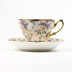 La célèbre compagnie Royal Albert confirme sa notoriété en offrant cette magnifique édition de tasses...