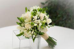 Ramo de novia con fressias y rosas