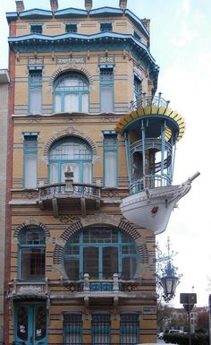 Art Nouveau is an international philosophy and style of art, architecture and applied art especially the decorative arts. Unusual Buildings, Interesting Buildings, Amazing Buildings, Old Buildings, Art Nouveau Architecture, Beautiful Architecture, Architecture Details, House Architecture, Exterior Design