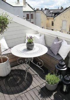 Du bois et du blanc, voilà une bonne base pour créer une ambiance cocon sur le balcon. A partir de lames de parquet de récup pour couvrir le sol et fabriquer une banquette sur mesure, peinture et accessoires blanc subliment ce petit espace extérieur