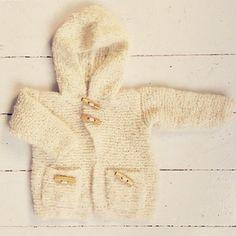 Fluffy, blød og perfekt til den kølige efterårsluft✨ (Danish pattern, for now..) .  Find den på strikdet.etsy.com (link i profilen) #instaknit #baby #strik #barnestrikk