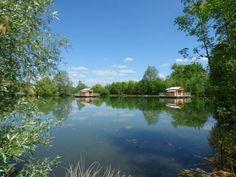 Envie d'évasion? Pourquoi ne pas louer un hébergement insolite pour passer une nuit inoubliable? A louer en famille ou en amoureux, les cabanes flottantes du Lac Pélisse sont idéales pour un séjour en pleine nature dans le Lot et Garonne.  http://www.umanitii.com/cabanes-flottantes-du-lac-de-pelisse