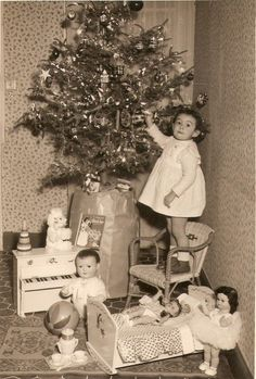 I guess many of us OLDER hippies can relate to this pic! Looks soooo much like me on Christmas Morning! Vintage Christmas Photos, Antique Christmas, Retro Christmas, Vintage Holiday, Christmas Pictures, Vintage Santas, Old Time Christmas, Ghost Of Christmas Past, Old Fashioned Christmas